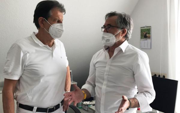 © Dr. Harald Böttge (links) bespricht sich mit Dr. Wolfgang Tigges (rechts), der aus Hamburg gekommen ist, um bei den Impfungen gegen SARS-CoV-2 zu unterstützen, zur Planung für den Tag.
