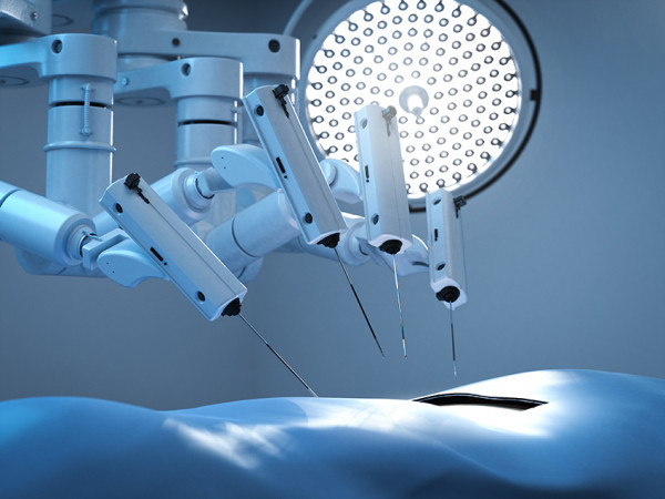 OpE-Roboter-im-Operationssaal_iStock-1215416571_PhonlamaiPhoto